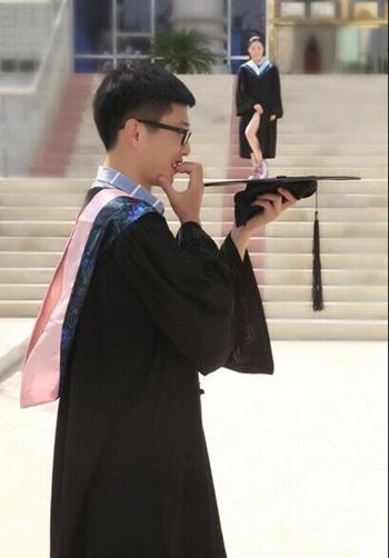 613撸点:女生毕业典礼中边喂奶边拍照