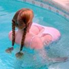 是女朋友在游泳